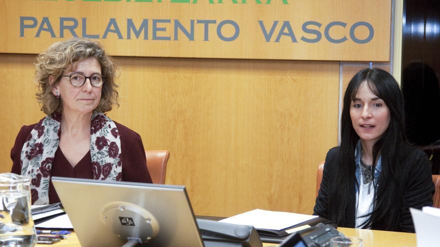 Maider García Martín, a la derecha, en el Parlamento Vasco