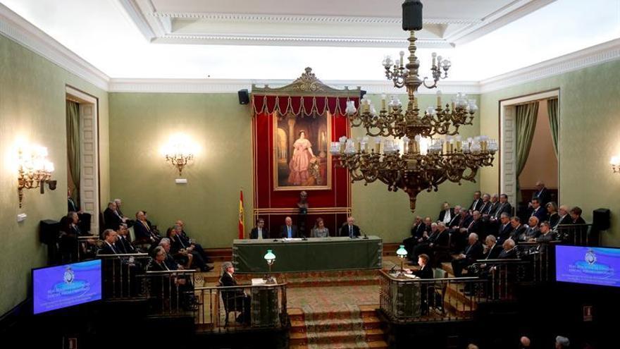 """Don Juan Carlos entrega la Medalla Echegaray a la """"ejemplar"""" Margarita Salas"""