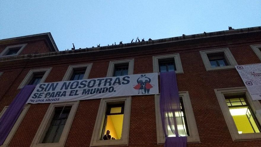 Fachada de La Ingobernable durante la huelga del Día de la Mujer Trabajadora.