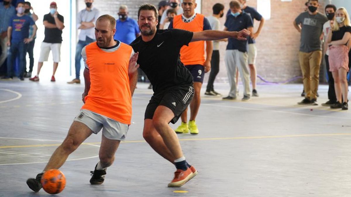 Martín Guzmán se adueña de la pelota en el medio campo
