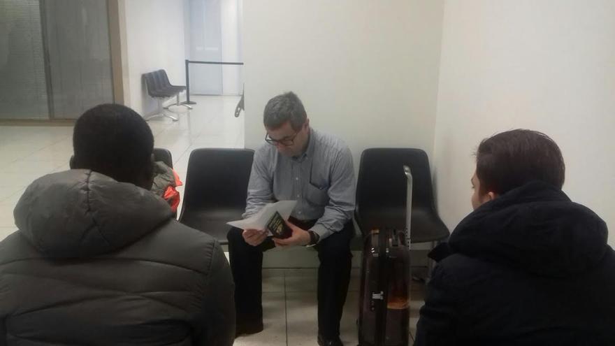 El abogado Albert Parés con algunos de los menores migrantes
