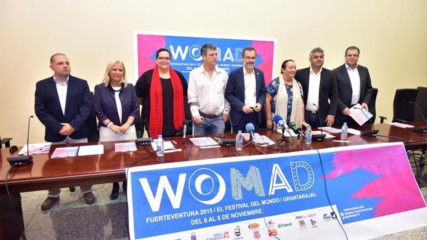 La concejala del Ayuntamiento de Tuineje, Pilar Rodríguez (2i); la directora de Ordenación y Promoción Turística del Gobierno canario, Candelaria Umpiérrez (3i); el alcalde de Tuineje, Salvador Delgado (c); el presidente del Cabildo, Marcial Morales (4d); la directora del Womad, Dania Dévora Dania Devora (3d), y el consejero de Cultura, Juán Jiménez (2d), entre otros, durante la presentación de la segunda edición del Festival Womad.