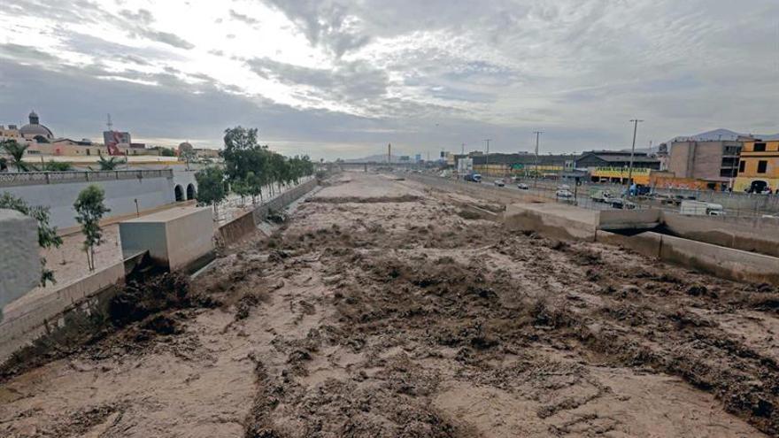 El río Rímac inunda el histórico Parque de la Muralla de Lima