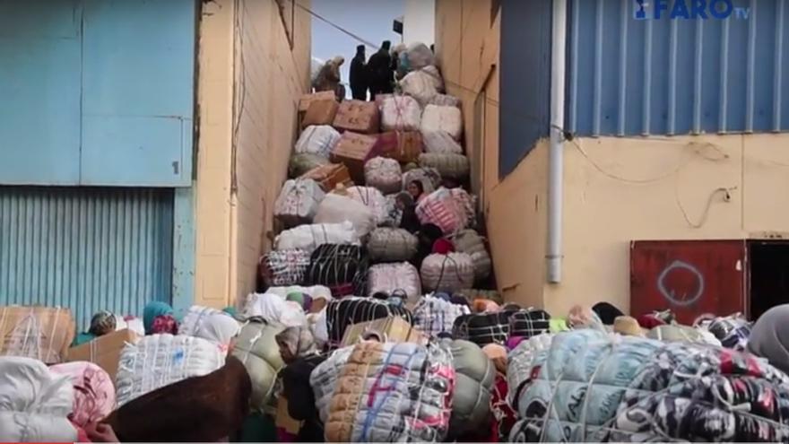 """Decenas de porteadoras taponadas en la llamada """"escalera de la muerte"""" donde dos mujeres fallecieron en 2009 mientras transportaban su mercancía. Captura de El Faro de Ceuta."""