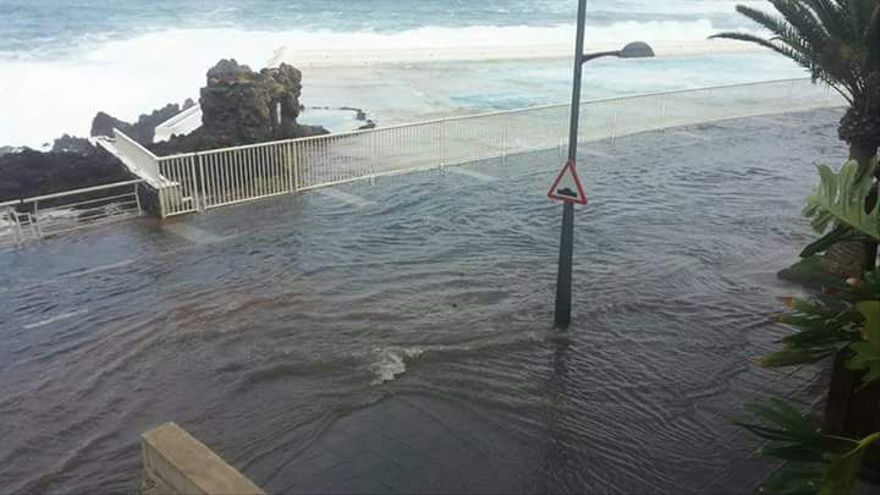 El mar anega parte del paseo marítimo de Garachico