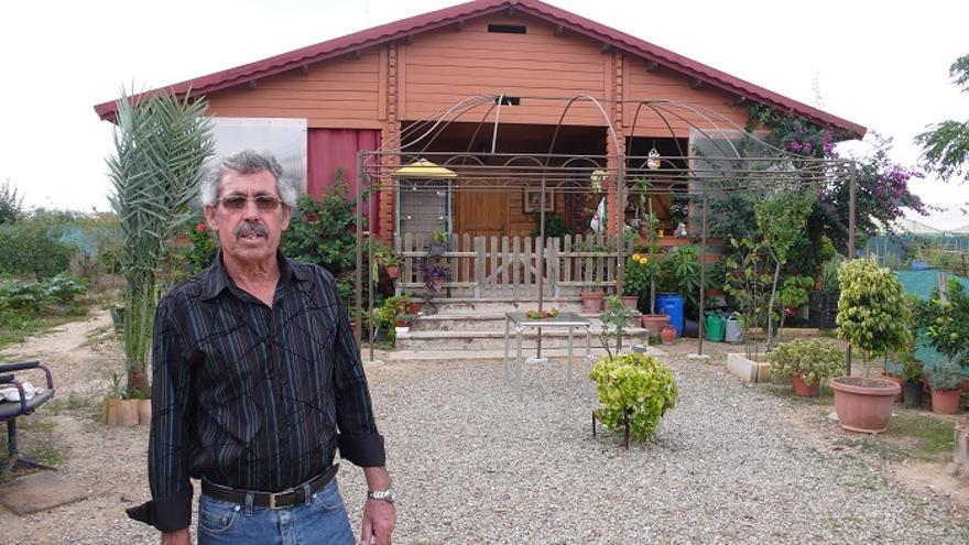 Luis Tirado posa delante de la casa que puede ser derribada.
