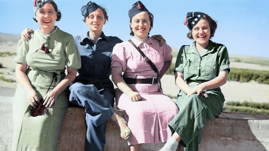 Gerda Taro (la segunda por la izquierda), a todo color, en Córdoba en 1936.