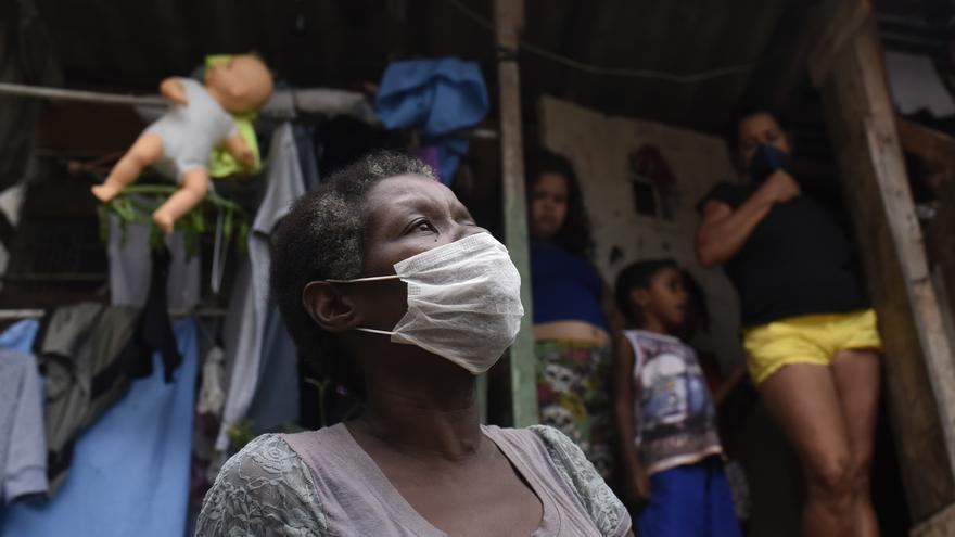 Una mujer lleva mascarilla este 10 de abril en la favela de Santa Marta, en Río de Janeiro, desinfectada por iniciativa propia de los residentes