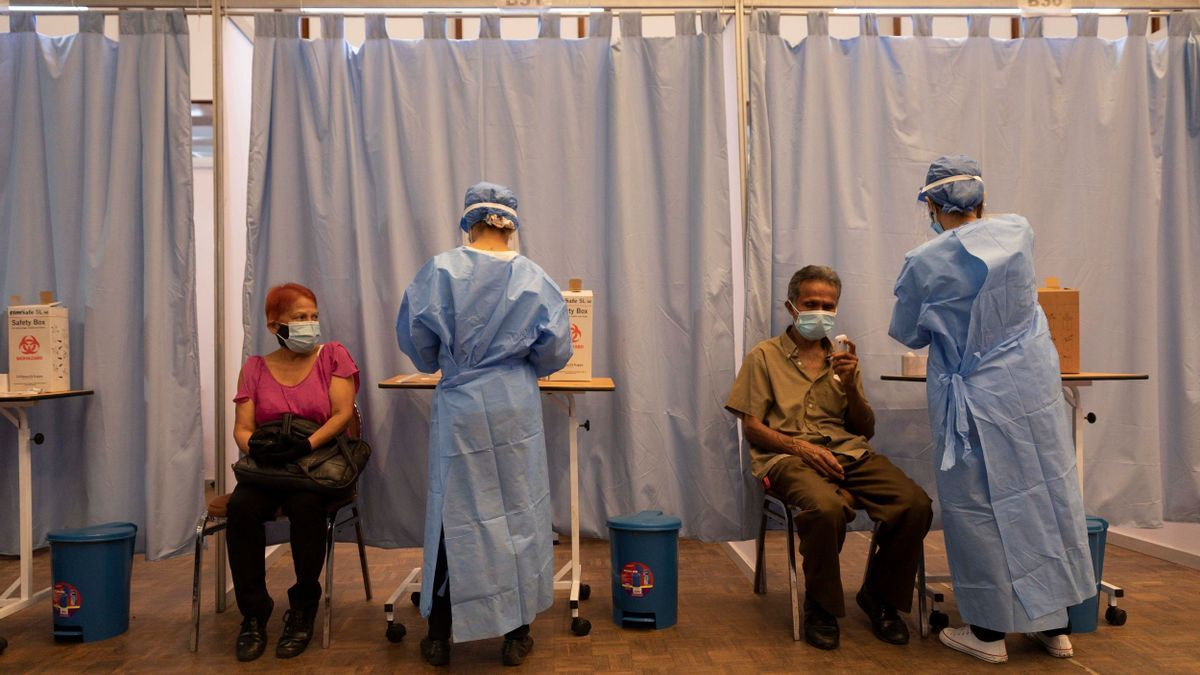 Enfermeras preparan dosis de la vacuna contra el coronavirus Sputnik V, en el Hotel Alba de Caracas (Venezuela).