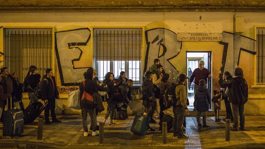 Las personas desalojadas del Samur Social de Madrid, a su llegada a la Parroquia San Carlos Borromeo / Olmo Calvo