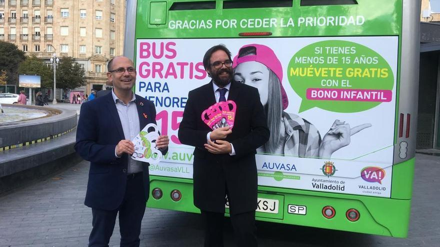El concejal Luis Vélez junto al gerente de Auvasa, Fernández Heredia.