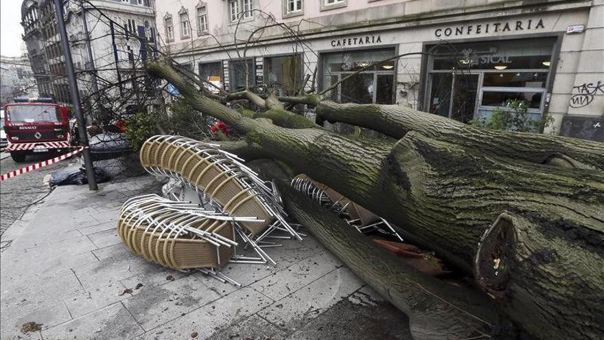 Vuelos desviados, destrozos y cortes de energía en Portugal por el temporal