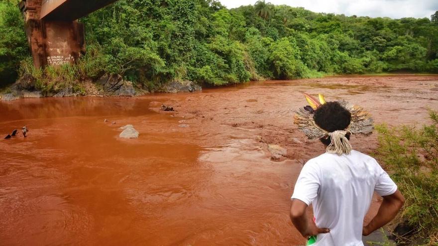 Aspecto contaminado del río Paraopeba a su paso por la aldea Naô Xohã, del pueblo indígena Pataxó Hã-hã-hãe (en São Joaquim de Bicas)