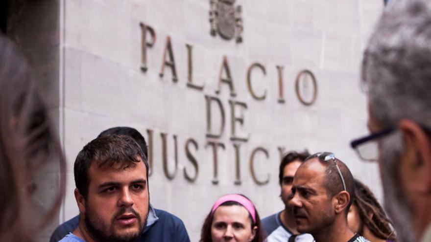 Roberto Mesa, con barba y a la izquierda, en una imagen de archivo en el Palacio de Justicia de Santa Cruz