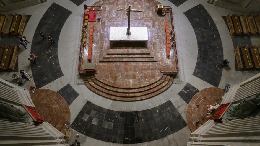 Enlosado de la tumba de Franco tras su exhumación del Valle de los Caídos.