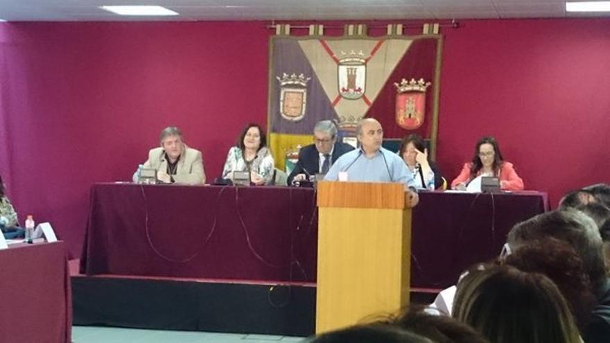 Koldo Martín, en la tribuna, y José Javier Bizarro, en la mesa a la izquierda, en un pleno