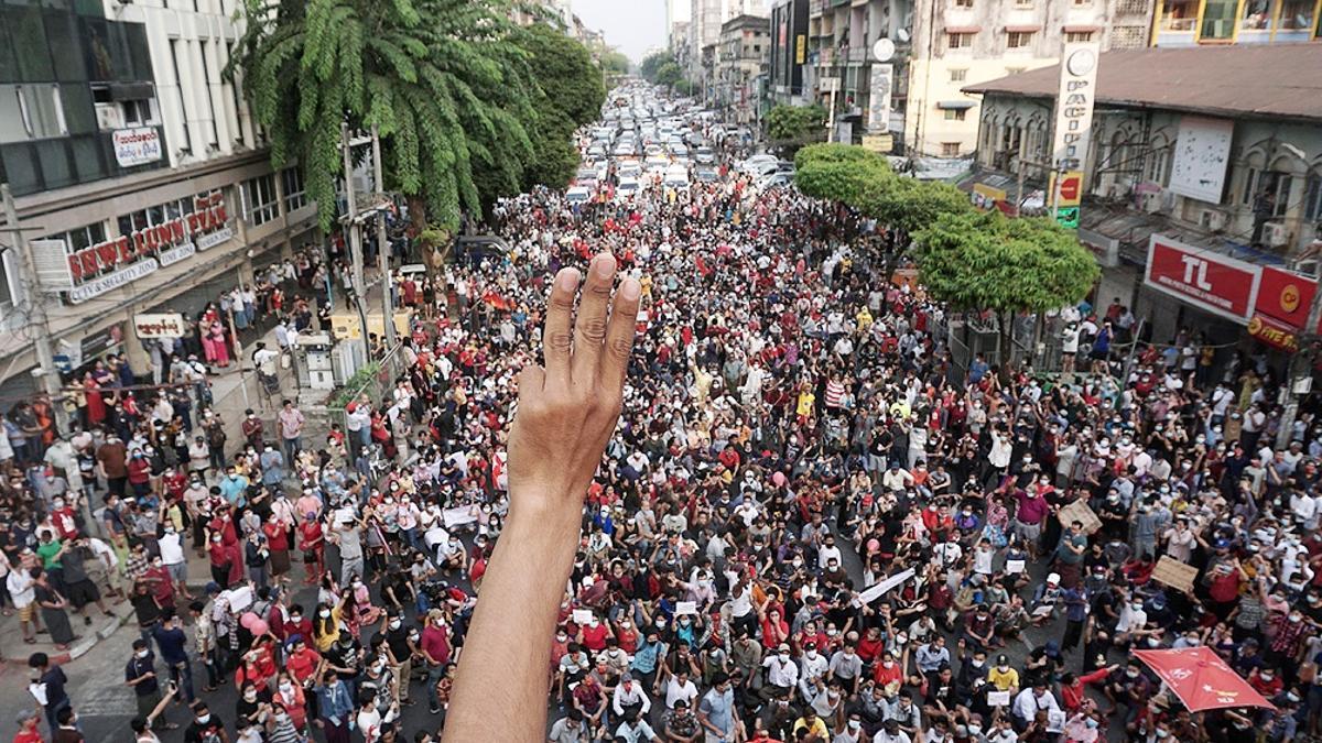 El brazo en alto y tres dedos elevados, el saludo que se convirtió en signo de rebelión en Asia .