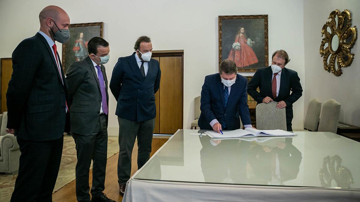 El Gobierno de Castilla-La Mancha ha suscrito un convenio con Espirituosos España