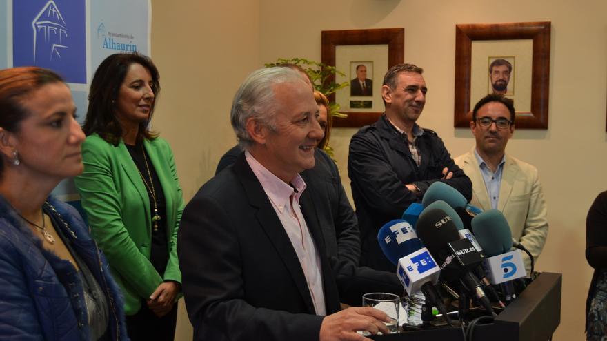 Juan Martín Serón, en su comparecencia. Detrás de él, con chaqueta verde, Antonia Ledesma
