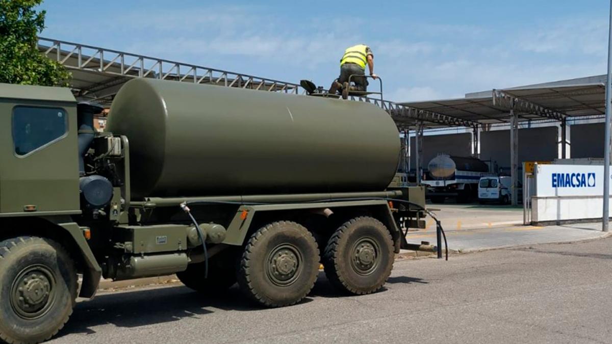 Un camión del Ejército recoge agua de Emacsa