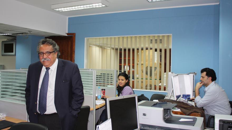 El periodista Hani Shukrallah, en la redacción del diario Al Ahram (Olga Rodríguez)