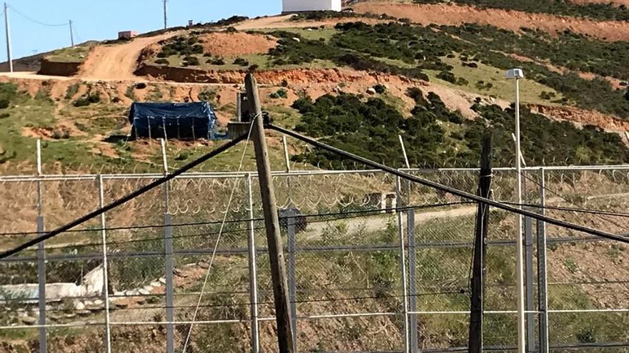 Las nuevas concertinas instaladas por Marruecos a unos metros de la valla con Ceuta.