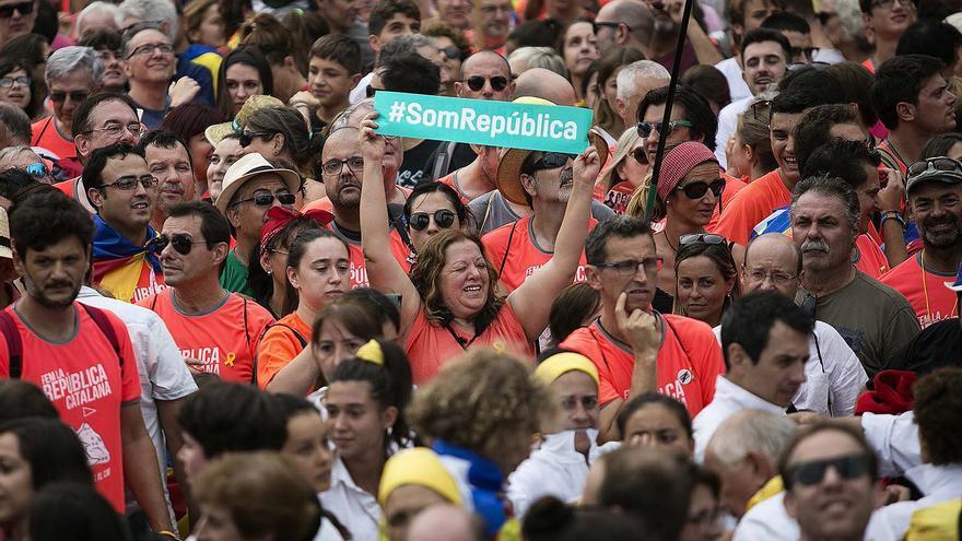 Una manifestante enarbola el lema 'Somos República', durante la Diada de 2018 / ROBERT BONET