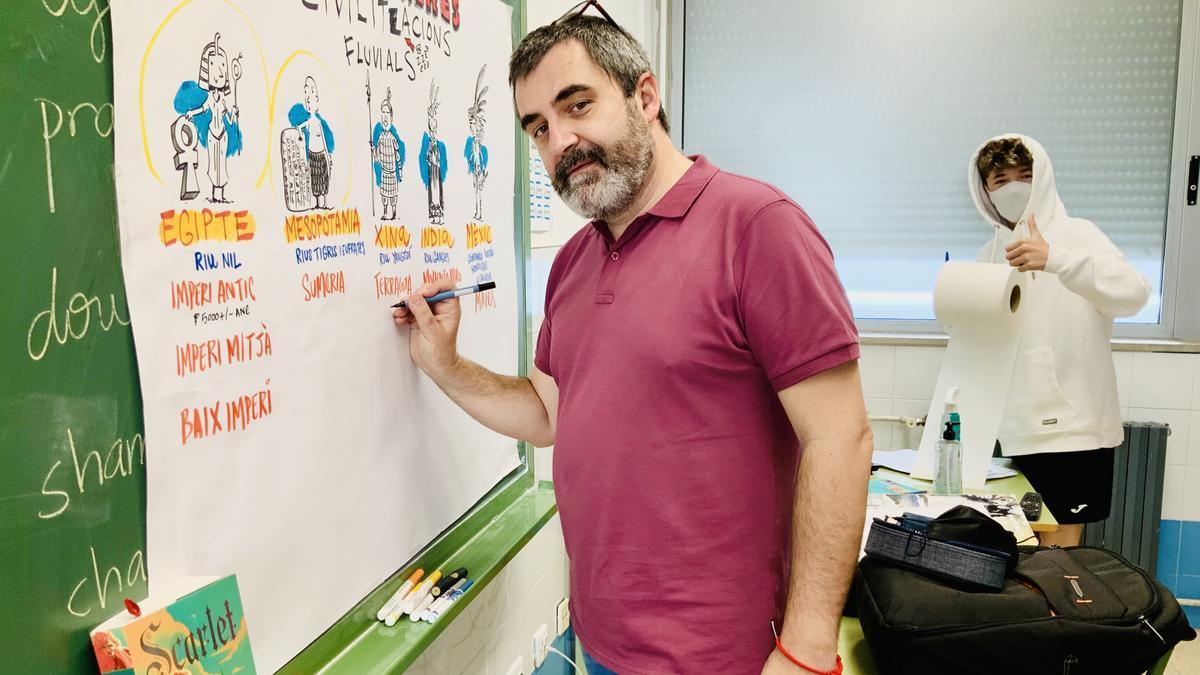 Pedro Cifuentes dibujando en el aula con uno de sus alumnos.