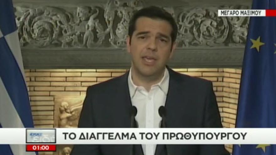 Tsipras compareciendo en TV para anunciar el referendo.