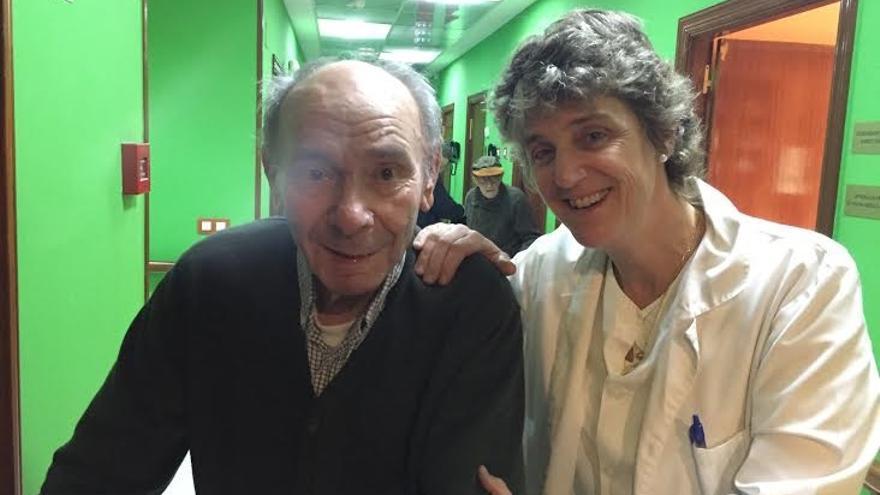 La geriatra Ana Urrutia junto a uno de los ancianos que atiende.