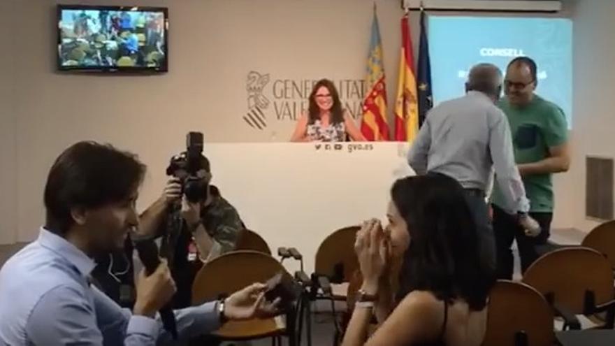 Un periodista pide matrimonio a su pareja en plena rueda de prensa de Mónica Oltra