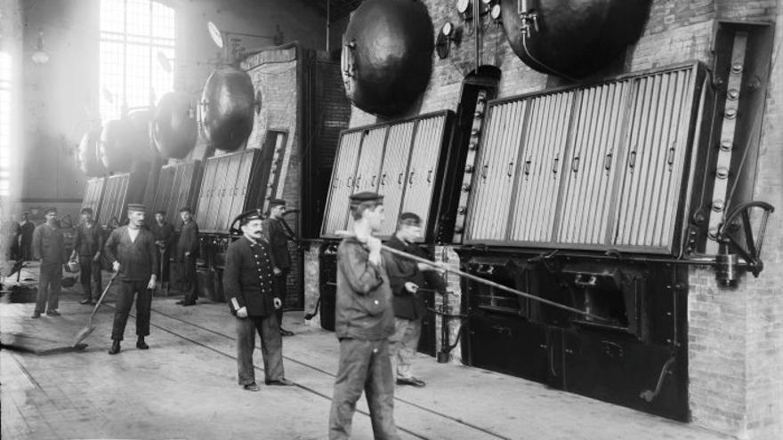 Fogoners i maquinistes d'una central tèrmica.