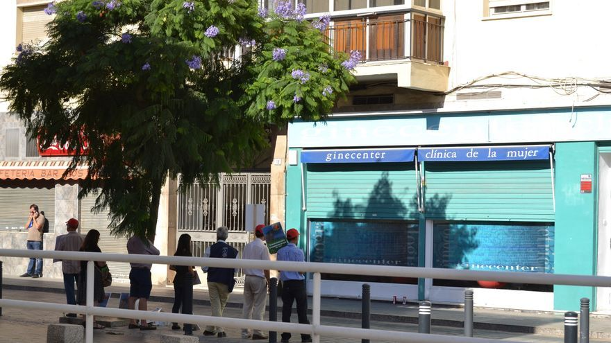 El grupo de anti-abortistas, ante las puertas de la clínica Ginecenter