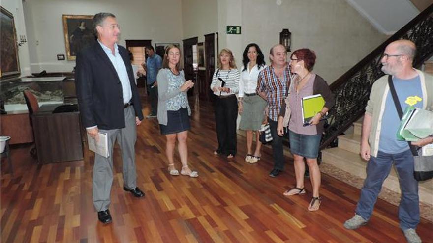 A la izquierda el alcalde de Teruel en una reunión con los vecinos.