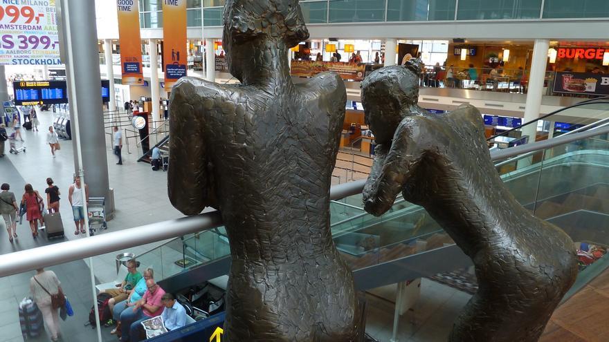 Estatuas dentro del Aeropuerto de Copenhague