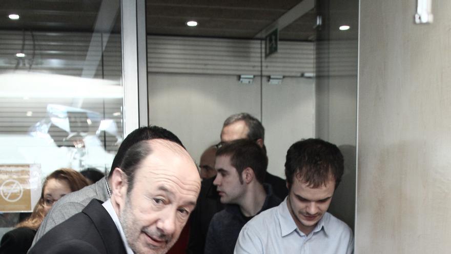 """Rubalcaba exige a Rajoy que """"mire hacia adelante"""" y solucione el problema de las preferentes"""