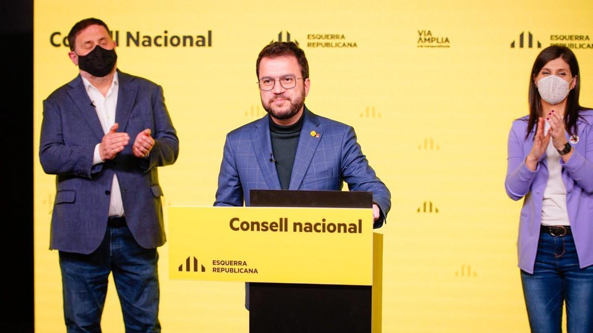 El candidato de ERC a la Presidencia de la Generalitat, Pere Aragonès, acompañado del líder del partido, Oriol Junqueras, y la secretaria general adjunta y portavoz, Marta Vilalta.