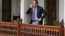 El juez Salvador Alba habla por teléfono tras la apertura del año judicial.