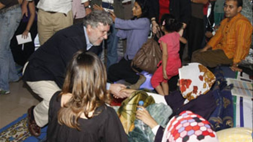 Aminatou Haidar saluda a Agustín Santos, director del Gabinete del Ministerio de Asuntos Exteriores.
