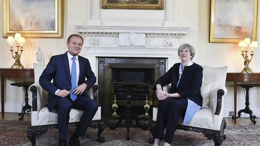 """Tusk avisa de que """"ciudadanos, dinero e Irlanda"""" son prioritarios en la negociación del """"brexit"""""""