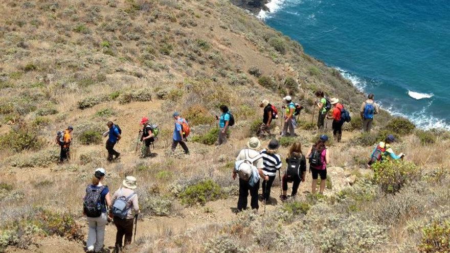 Un grupo de senderistas durante una de las rutas de Anaga a pie