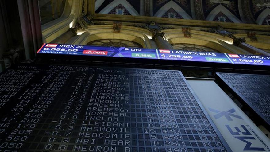 El IBEX 35 cae el 0,32 % a mediodía, pero recupera los 8.600 puntos