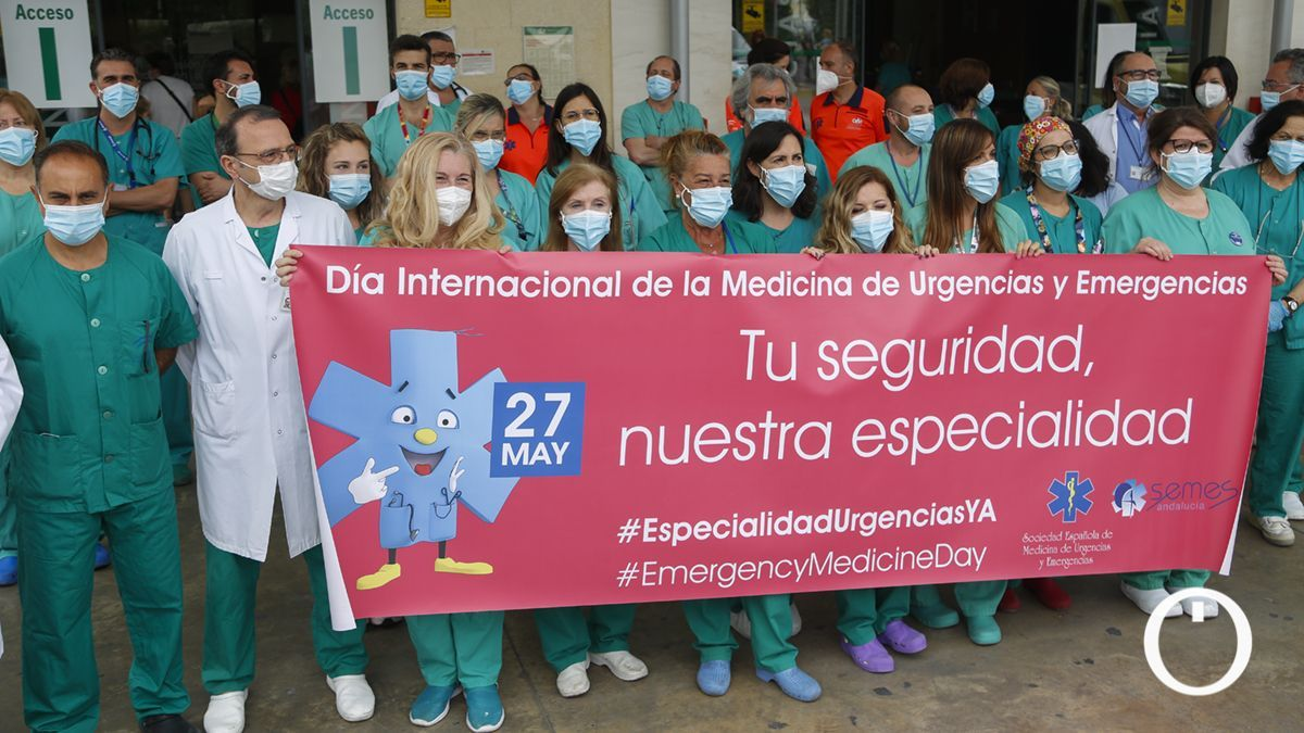 Médicos en Urgencias de Reina Sofía se concentran y leen un manifiesto