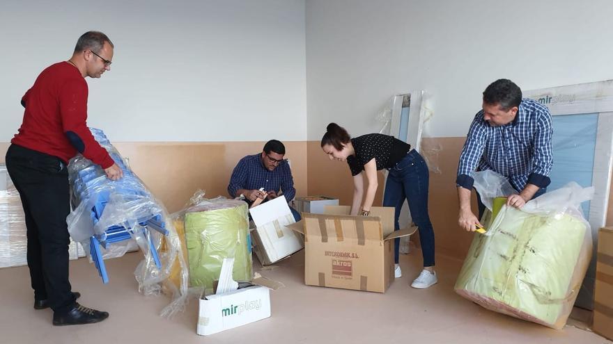 Las autoridades municipales desembalan el mobiliario.