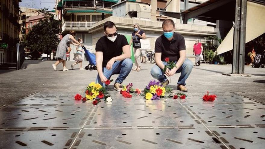 Rafa Mas y Natxo Bellido, de Compromis, durante el homenaje que le han rendido a las víctimas del bombardeo.