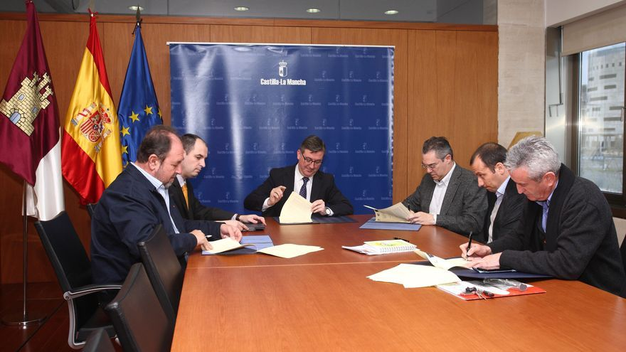 Marcial Marín firma acuerdo con los sindicatos. Foto de archivo.