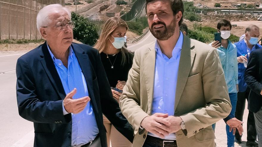 El presidente del PP, Pablo Casado, durante una visita a la valla de Melilla junto al presidente local del PP, Juan José Imbroda