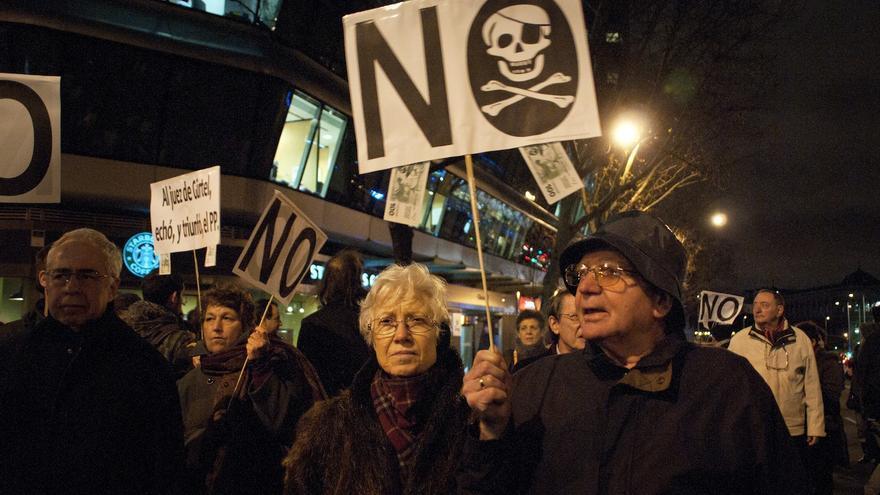 Una pareja se manifiesta frente al cordón policial. Los carteles que simplemente decían NO han sido los más utilizados por los manifestantes / Álvaro Minguito
