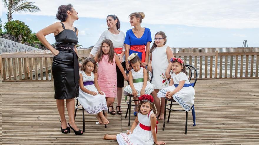 Martina (centro) junto a las niñas y jóvenes que lucen sus colecciones. Foto: DAMIÁN BRITO.