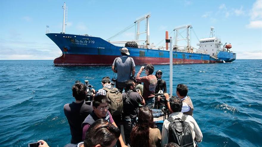 Prisión y multa para la tripulación del barco chino detenido en Islas Galápagos